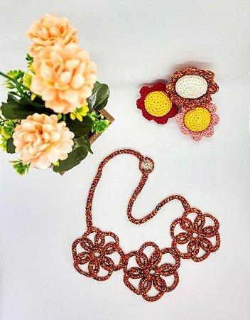 Maxi Colar Pretzel, tons vermelhos, com flores, todo em crochê, linha de algodão