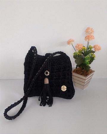 Bolsa Dayse, modelo tiracolo, na cor preta, feita em crochê no fio náutico de polipropileno e detalhes na cor dourado fe