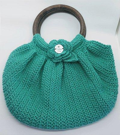 Bolsa Florbella, modelo fat bag, na cor verde, toda em crochê, com alças de mão em resina, forro em tricoline