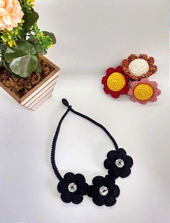 Colar Catarina, na cor preta, em crochê, com flores, feito com linha de algodão