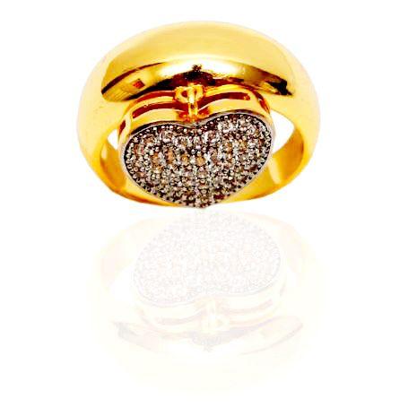 Anel tipo aliança com pingente de coração cravejado com zircônias cristal folheado em ouro 18k
