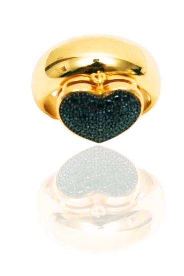 Anel folheado a ouro com pingente de coração cravejado com zircônias negras