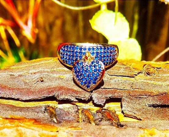 Anel folheado a ouro 18k com pingente de coração cravejado com zirconias na cor safira