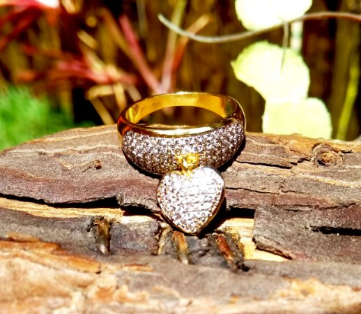 Anel folheado a ouro 18k com pingente de coração cravejado com zirconias na cor cristal