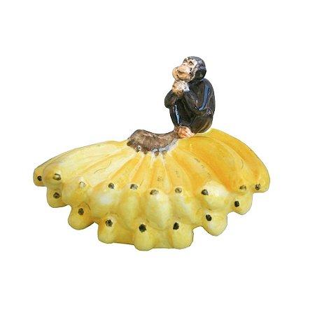 Cacho de bananas com macaco de faiança