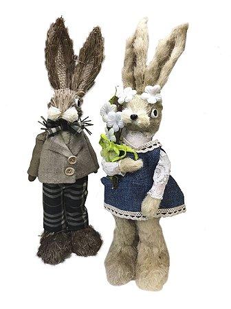 Casal de coelhos de palha com xadrez e flores