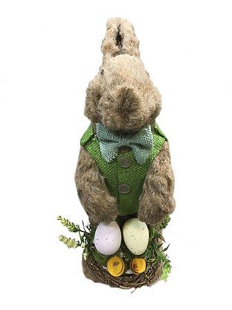 Coelho de palha roupa verde com cesta de ovos