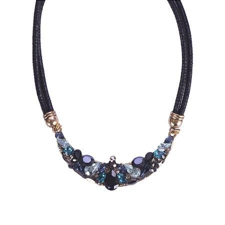 Colar Armazem RR Bijoux curto cordão couro cristais azul e preto dourado