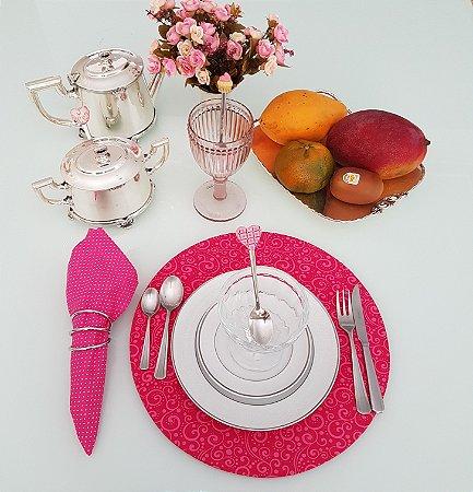 Capa de tecido para sousplat fundo rosa escuro com arabesco rosa claro