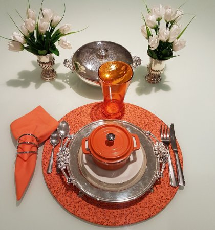Capa de tecido para sousplat fundo laranja com folha marrom