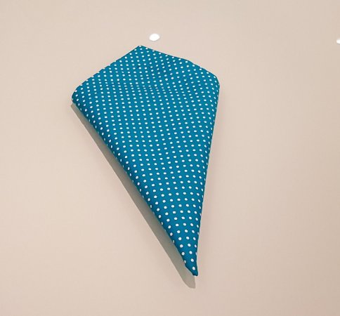 Guardanapo azul com poas brancos