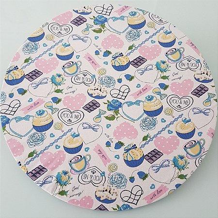 capa tecido sousplat docinhos azul com coração rosa de poá fundo branco