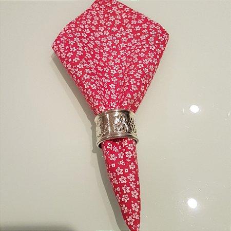 Guardanapo fundo rosa com flores brancas