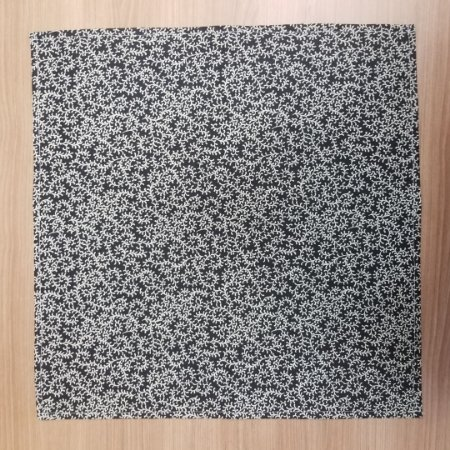 Guardanapo de tecido 42cm fundo preto com caminho de flores