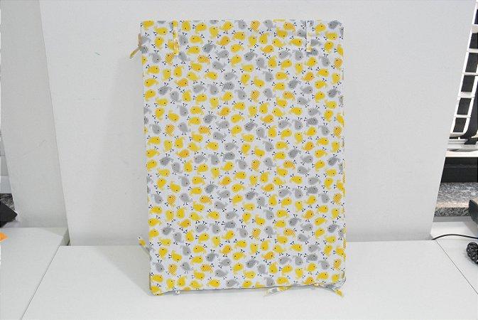Bandeja de MDF fundo branco  com pintinhos amarelo e cinza