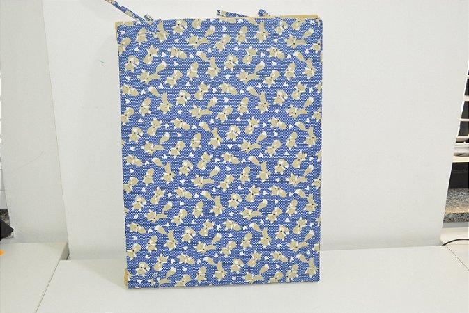 Bandeja de MDF fundo azul com bolinhas brancas e raposa cinza