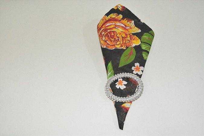 guardanapo fundo preto com flores laranjas