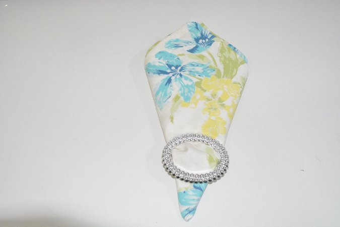 guardanapo fundo branco com flores