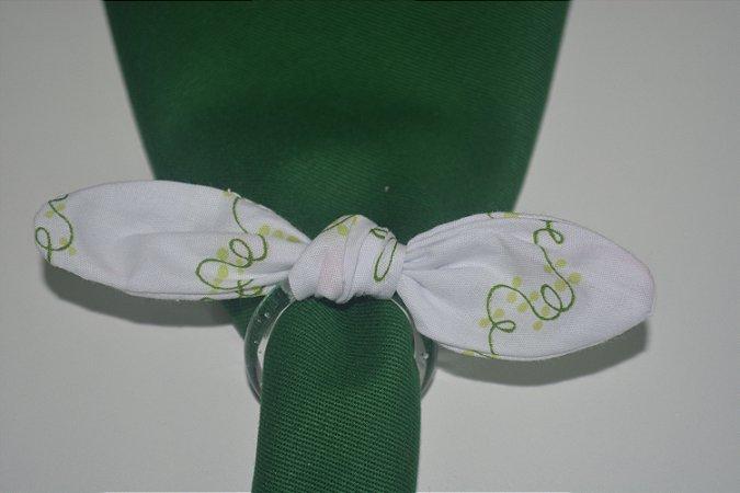 Porta Guardanapo de tecido fundo branco com detalhes verdes