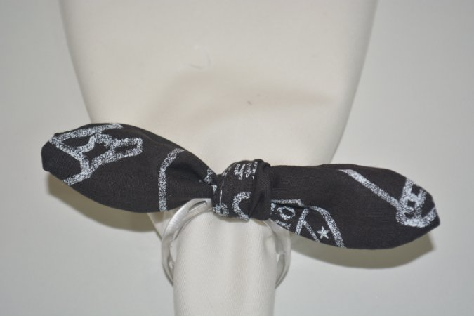 Porta Guardanapo de tecido fundo preto  com desenhos brancos