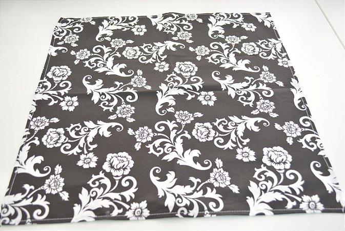 Guardanapo fundo preto flores brancas