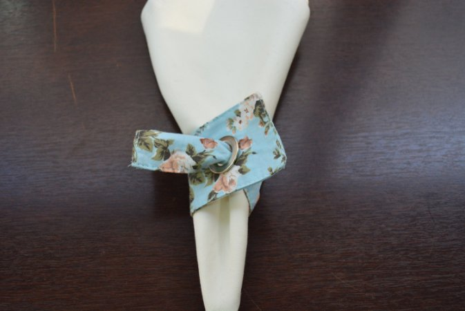Porta guardanapo de tecido fundo azul clarinho co rosas bege