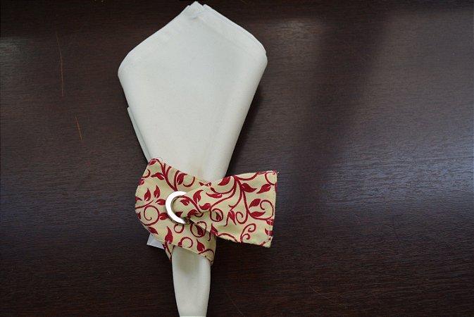 Porta guardanapo de tecido fundo creme com arabescos cor vinho