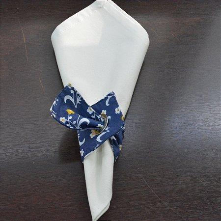 Porta guardanapo de tecido fundo azul com florzinhas amarelas e brancas