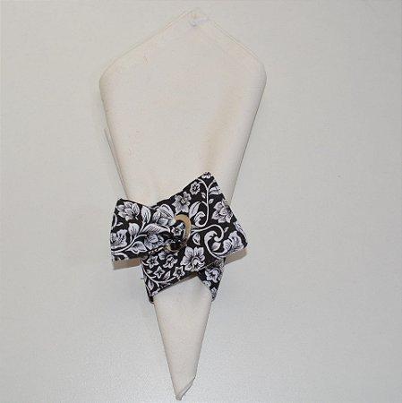 Porta guardanapo de tecido fundo preto com flores brancas