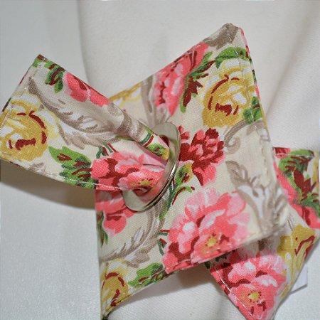 Porta guardanapo de tecido fundo branco com rosas amarelas e rosas