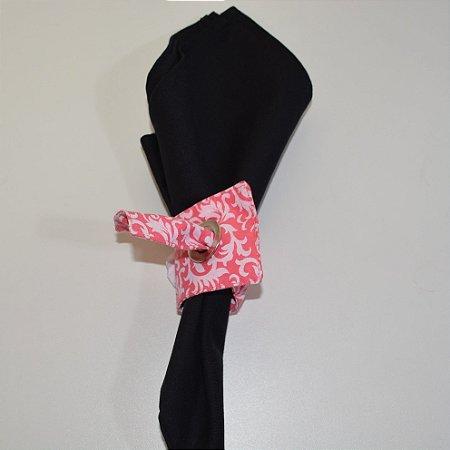 Porta guardanapo de tecido fundo rosinha com arabescos brancos