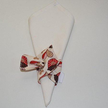 Porta guardanapo de tecido fundo bege com bolinhos vermelhos e corações