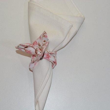 Porta guardanapo de tecido fundo branco com florzinhas rosas delicadas