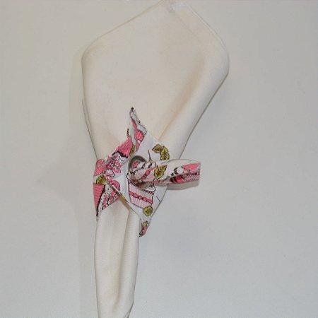 Porta guardanapo de tecido fundo branco com cupcake e rosas