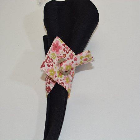 Porta guardanapo de tecido fundo branco com florzinhas coloridas