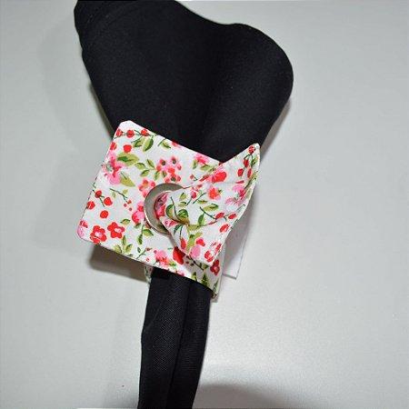 Porta guardanapo de tecido fundo branco com minis florzinhas vermelhas e rosa