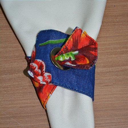 Porta guardanapo de tecido fundo azul escuro com flores vermelhas alaranjadas