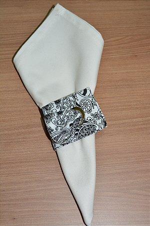 Porta guardanapo de tecido fundo branco com arabescos pretos