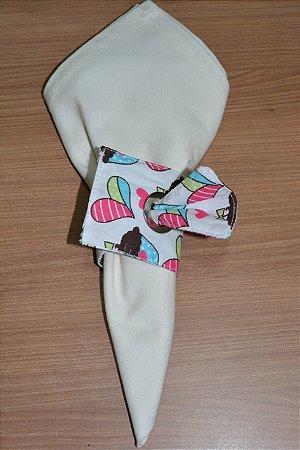 Porta guardanapo de tecido fundo branco com bolinhos de chocolate