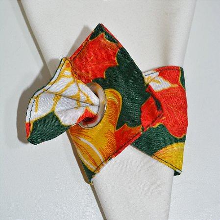 Porta guardanapo de tecido fundo verde com flores brancas