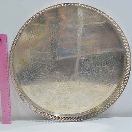 Bandeja redonda cinzelada avarandada banhada a prata 42cm de diâmetro