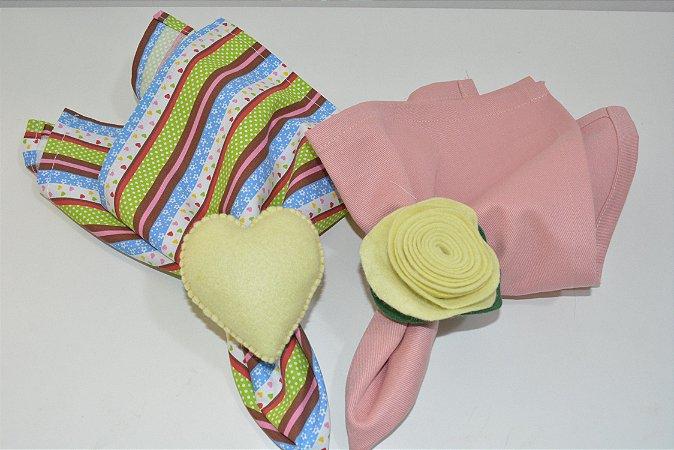 Kit 2 porta guardanapos feltro flor e coração amarelo