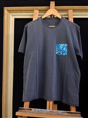 Camiseta Amendoeira em Flor - Bolso pintado a mão