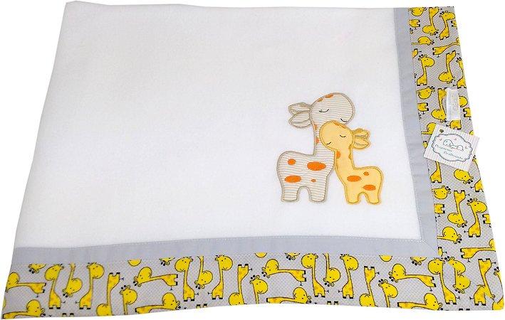 Cobertor Soft com Barrado e Bordado Girafa