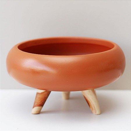 Cachepot de cerâmica com pés de madeira