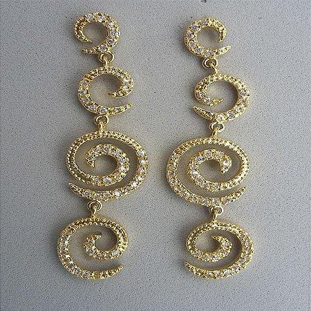 brinco espiral foleado a ouro cravejado com pedras de zircônio