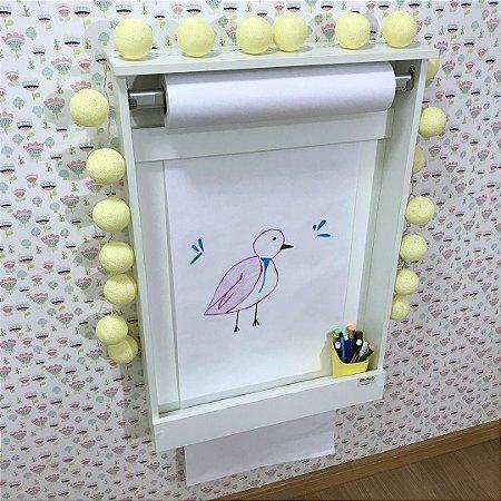Painel Criativo Pequeno fundo branco com rolo de papel.