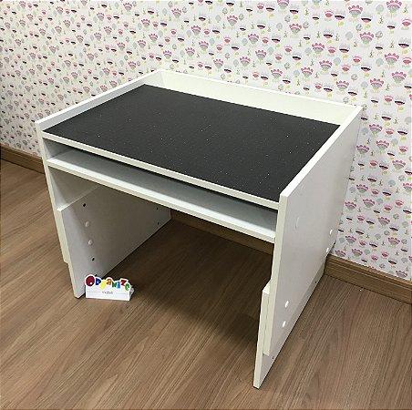 Mesa infantil branca com regulagem de altura grande com 63cm de largura - Tampo de lousa negra