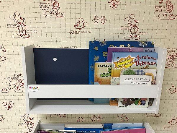 Organizador de livros de parede com fundo azul