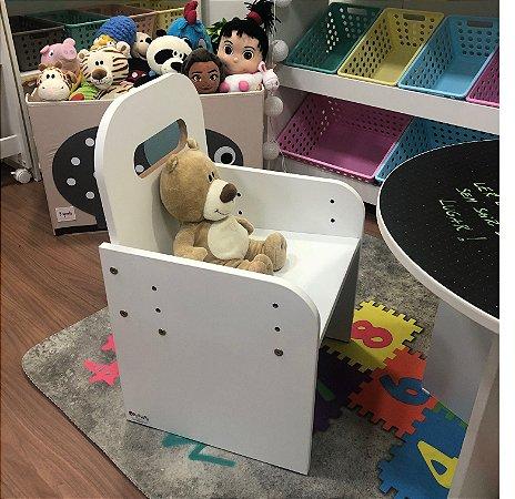 Cadeira kids com regulagem de altura - de 3 a 10 anos de idade.